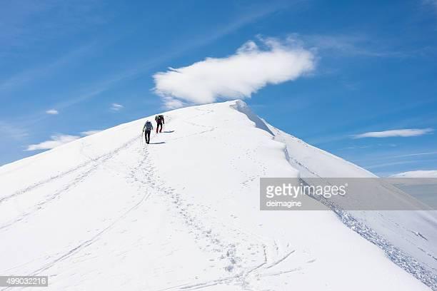 Les alpinistes au sommet de la montagne