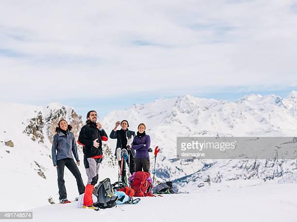 Grimpeurs Détendez-vous au sommet de la montagne