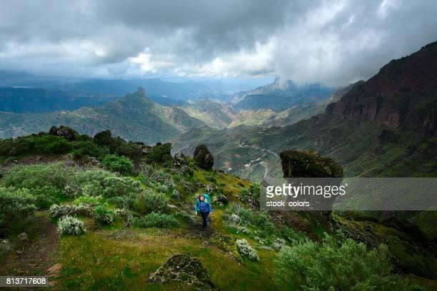 trepando montañas en gran canaria - isla de gran canaria fotografías e imágenes de stock