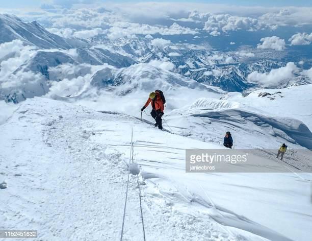 klettern auf einer verschneiten piste - kaukasus geografische lage stock-fotos und bilder