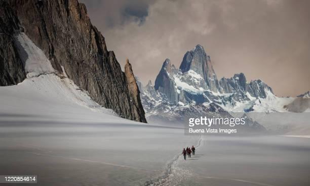 climbing team on a glacier - patagonische anden stock-fotos und bilder