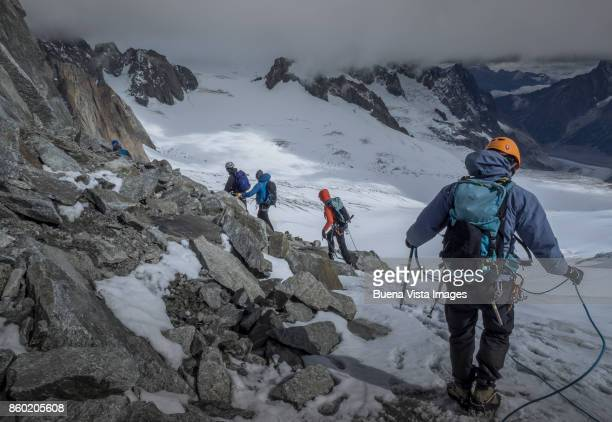 climbing team on a snowy mountain - monte bianco foto e immagini stock