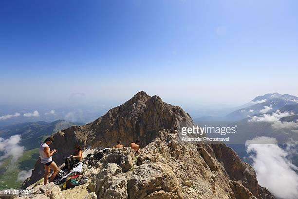 climbing the corno grande , the top of the gran sasso d'italia mountain. - parco nazionale d'abruzzo foto e immagini stock
