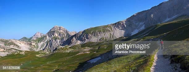 climbing the corno grande , the top of the gran sasso d'italia mountain - parco nazionale d'abruzzo foto e immagini stock
