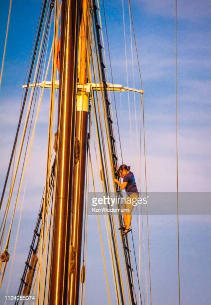 die takelage klettern - boothbay harbor stock-fotos und bilder