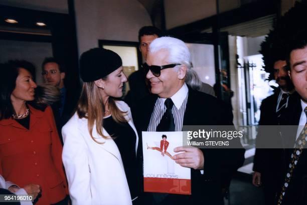 Céline Dion et le styliste Karl Lagerfeld lors du défilé de mode Chanel le 9 mars 1998 à Paris France