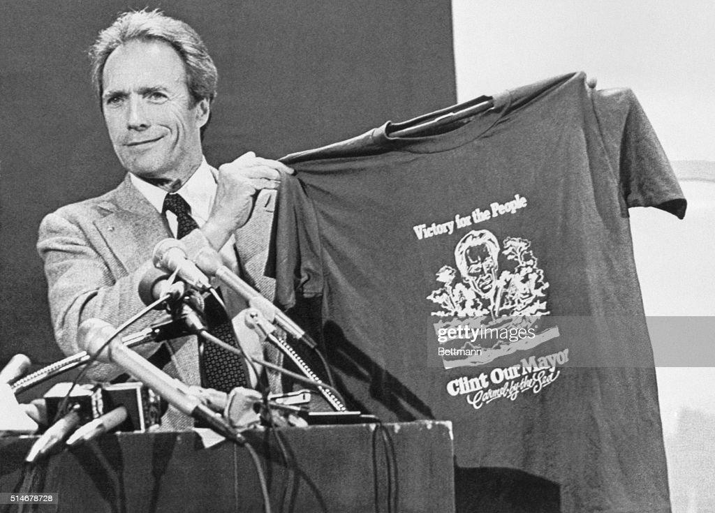"Clint Eastwood With ""Clint Our Mayor"" T-Shirt : Fotografía de noticias"