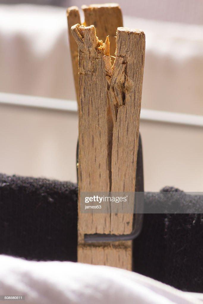 clip old broken wooden clothesline : Stockfoto