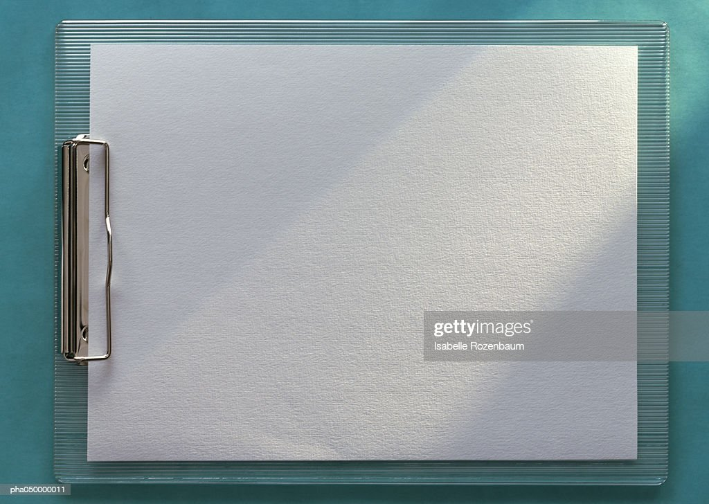 Clipboard holding blank white paper, horizontal, full length, close-up, teal background : Stockfoto