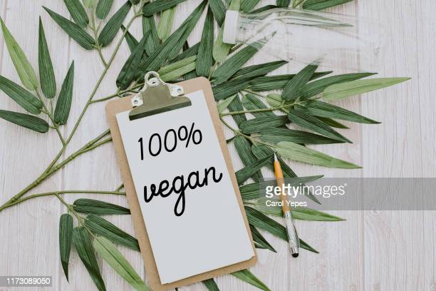 clipboard  with 100% vegan text.top view - vegana fotografías e imágenes de stock