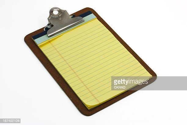Presse-papiers avec un vide bloc-notes, isolé sur fond blanc.