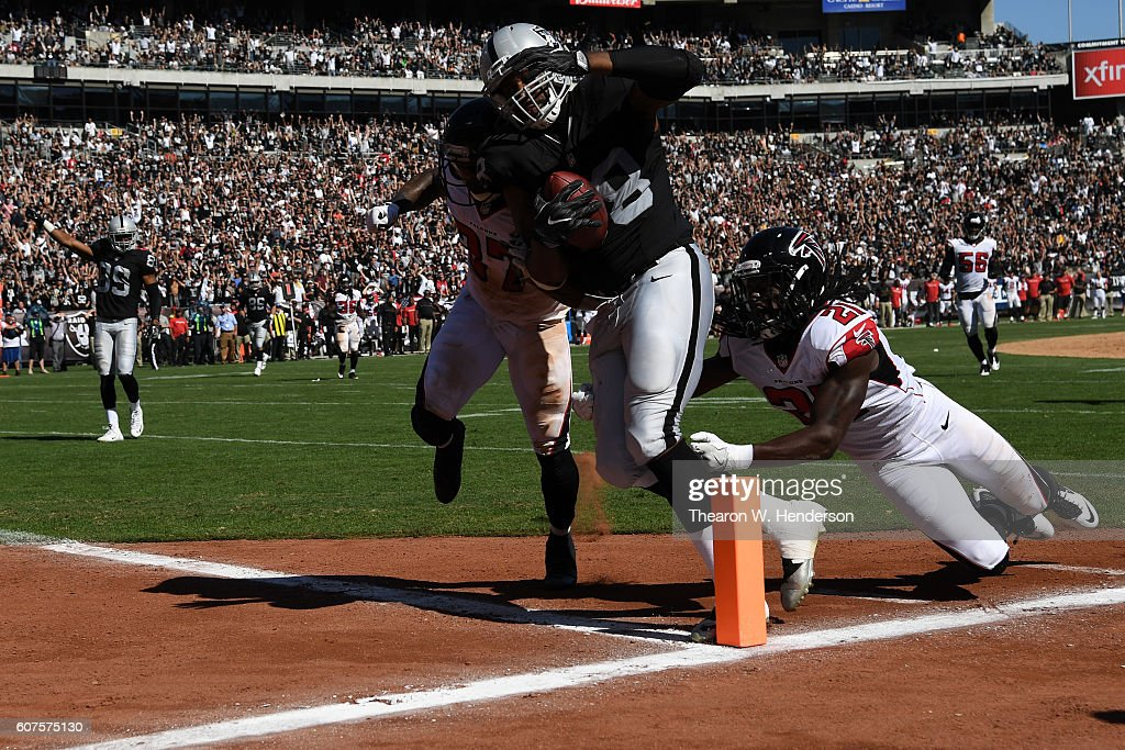 Clive Walford #88 of the Oakland Raiders scores on a 31-yard touchdown catch against the Atlanta Falcons during their NFL game at Oakland-Alameda County Coliseum on September 18, 2016 in Oakland, California.