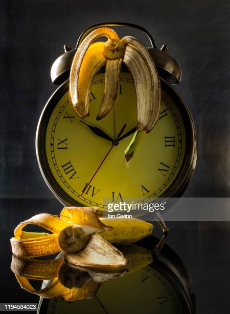 clock and bananas - ian gwinn - fotografias e filmes do acervo