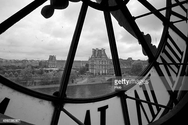 horloge au musée d'orsay à paris, musée du louvre - paris noir et blanc photos et images de collection