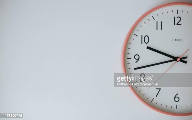 clock face - día fotografías e imágenes de stock