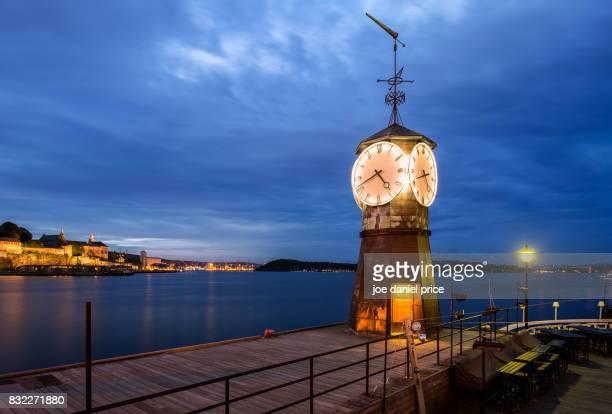 clock on aker brygge dock, oslo, norway - オスロ ストックフォトと画像
