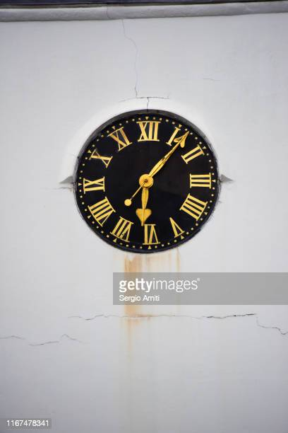 clock on white stucco wall - sergio amiti stock pictures, royalty-free photos & images