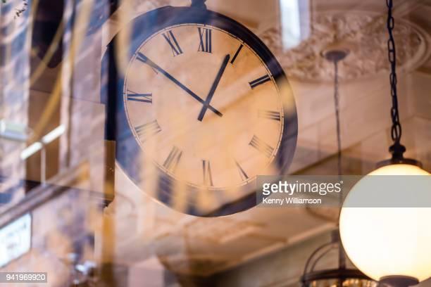 a clock - ver a hora imagens e fotografias de stock