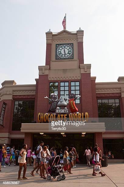 clock tower at main entrance to hershey's chocolate world - terryfic3d stockfoto's en -beelden