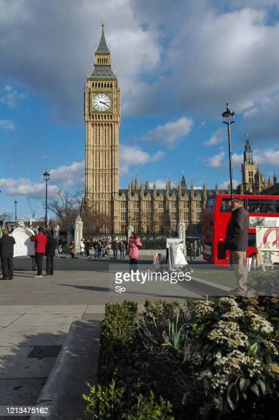 """clock tower of big ben in london uk with traffic passing by - """"sjoerd van der wal"""" or """"sjo"""" stock pictures, royalty-free photos & images"""