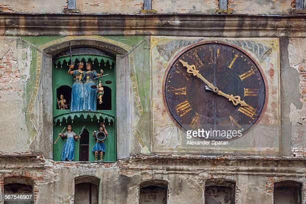 clock tower (turnul cu ceas), sighisoara, romania - klokkentoren met wijzerplaat stockfoto's en -beelden