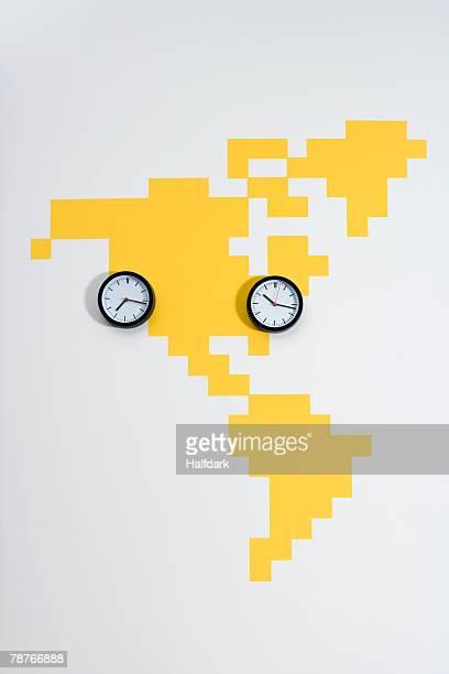 clocks on a world map - cambio horario fotografías e imágenes de stock
