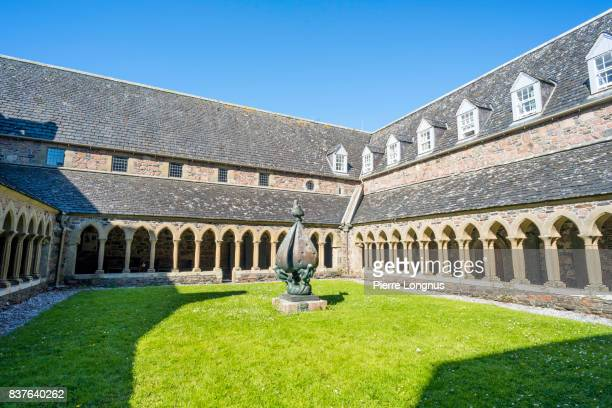 cloister of the abbey of iona - in the center court of the cloister stands a bronze sculpture of mary and the trinity by sculptor jacques lipchitz., isle of iona, inner hebrides, scotland - abadia mosteiro - fotografias e filmes do acervo