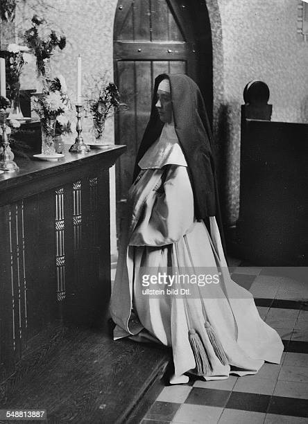 cloistral life of the nuns in BerlinReinickendorf nuns saying her prayers at the altar of the convent church Photograph Kade Neofot Fotag 1930...