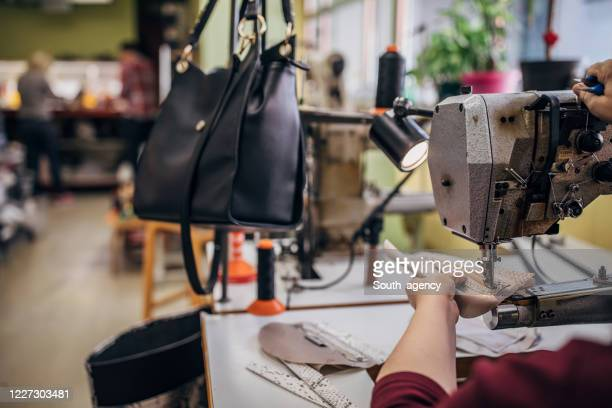 fermeture de la machine à coudre - sac à main en cuir photos et images de collection