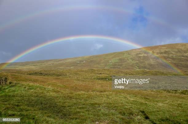 close to the rainbow, quiraing, isle of skye, scotland - vsojoy stockfoto's en -beelden