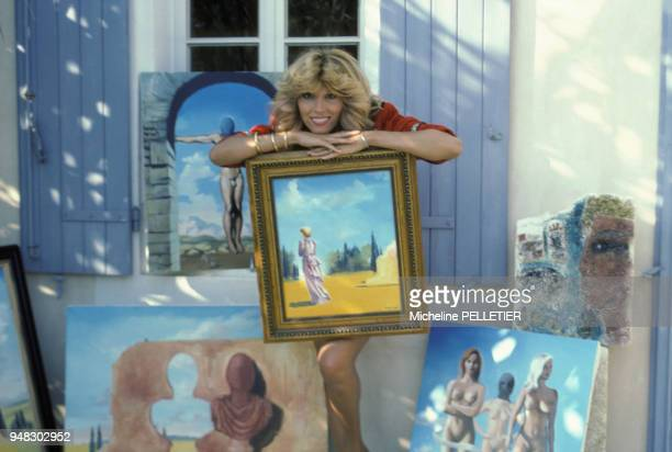 Close up Amanda Lear dans sa maison de vacances en septembre 1982 à SaintRémydeProvence France