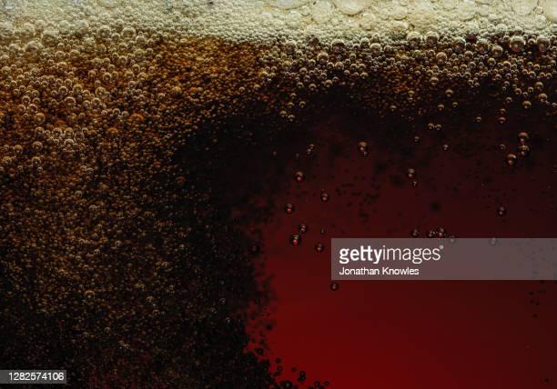 close up bubbles in liquid - koolzuurhoudende drank stockfoto's en -beelden