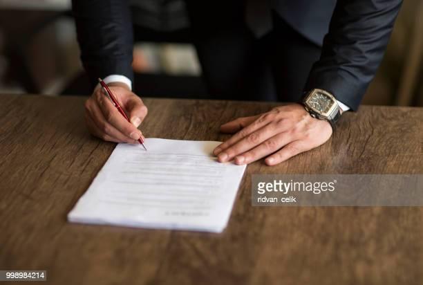gros plan d'homme d'affaires signature d'un contrat - engagement photos et images de collection