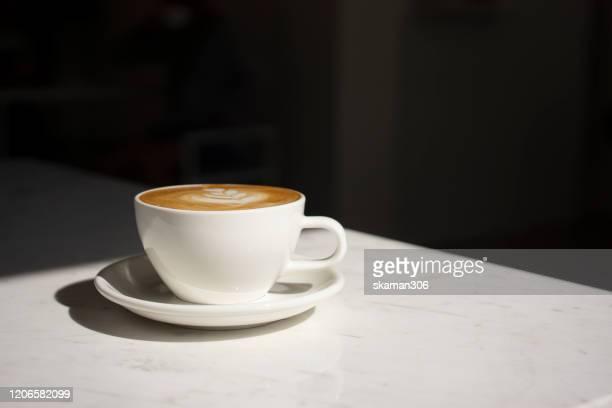 close up cappuccino cup with lighting and copy space - café culture agricole photos et images de collection