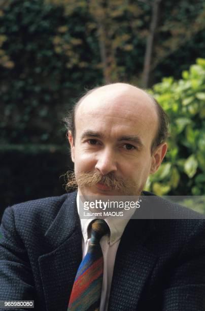 Close up Claude Malhuret, secrétaire d'État chargé des Affaires étrangères et des Droits de l'homme, le 28 avril 1986 à Paris, France.