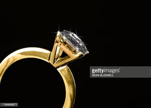 close up diamond ring - anello di diamanti foto e immagini stock
