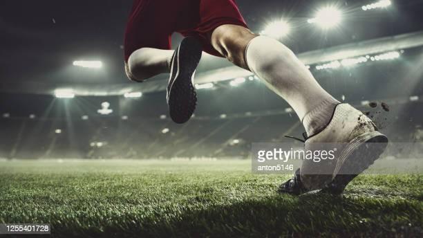 feche o futebol ou jogador de futebol no estádio em lanternas - movimento, ação, conceito de atividade - sporting term - fotografias e filmes do acervo