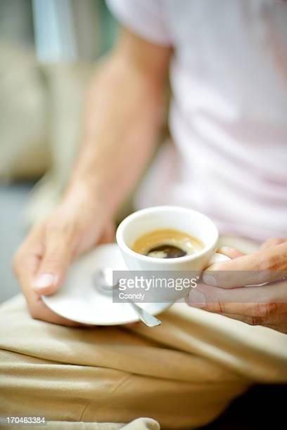 Nahaufnahme von einem espresso in der hand