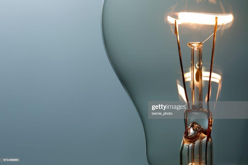 Acercamiento Bombilla de luz brillantes : Foto de stock