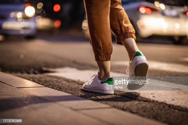 feche as pernas humanas andando na faixa de pedestres - pedestre - fotografias e filmes do acervo