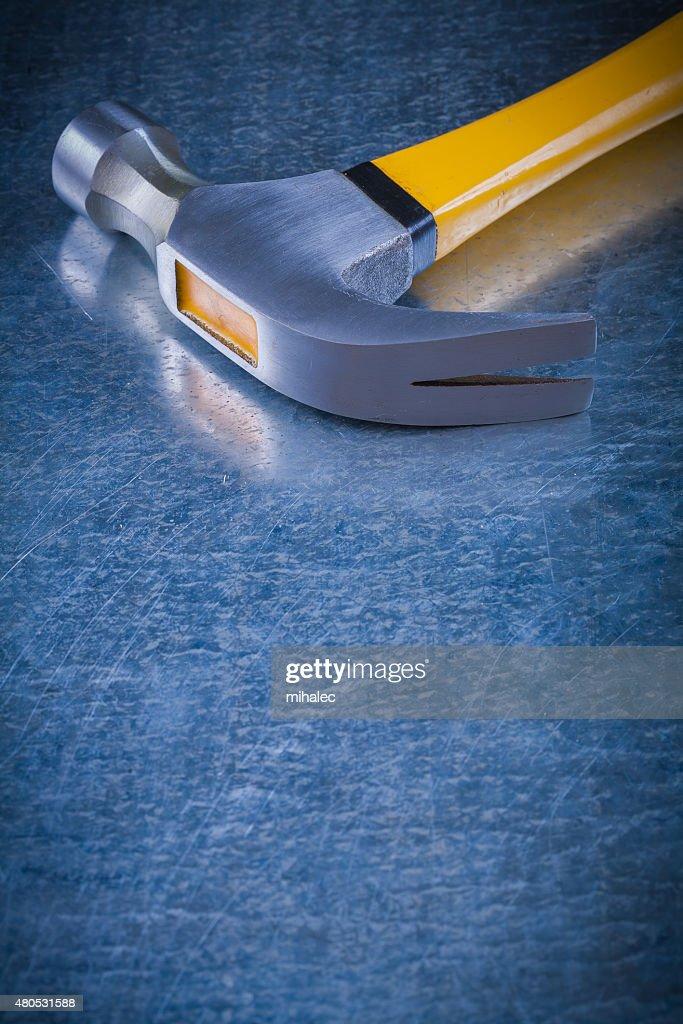 Nahaufnahme Bild von claw hammer auf Zerkratzt vintage-metallic : Stock-Foto
