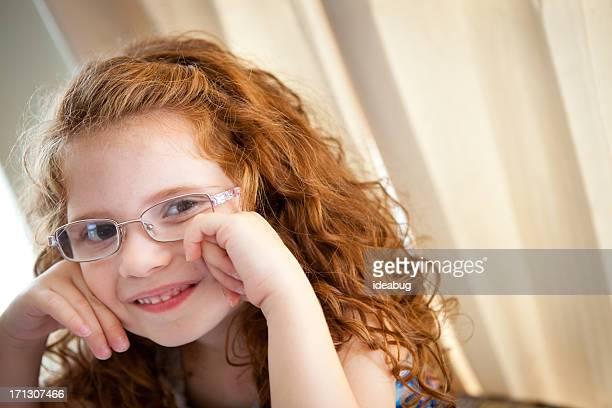 Nahaufnahme Bild von kleinen Mädchen mit lockigem Haar, rot