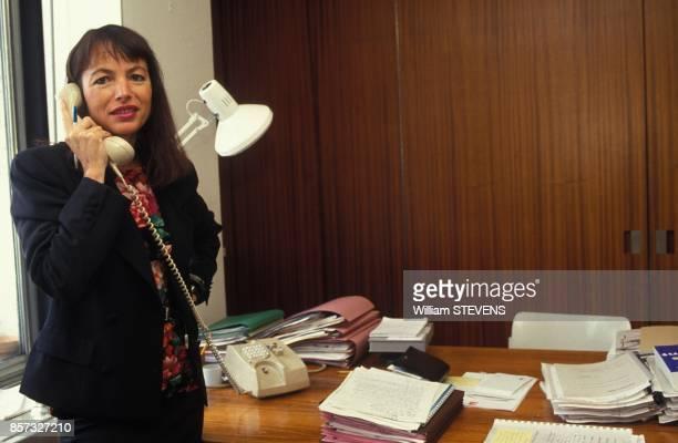 Close up Laure Adler directrice des programmes culturels de France 2 dans son bureau le 14 septembre 1992 a Paris France