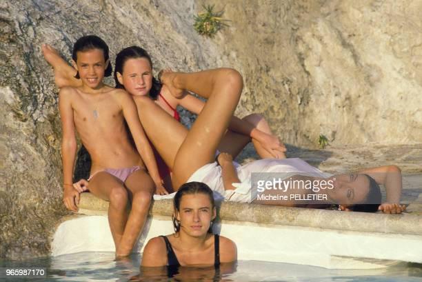 Close up Marie Laforêt entourée des ses filles, Lisa, Deborah et Isabelle, le 30 août 1984 en France.