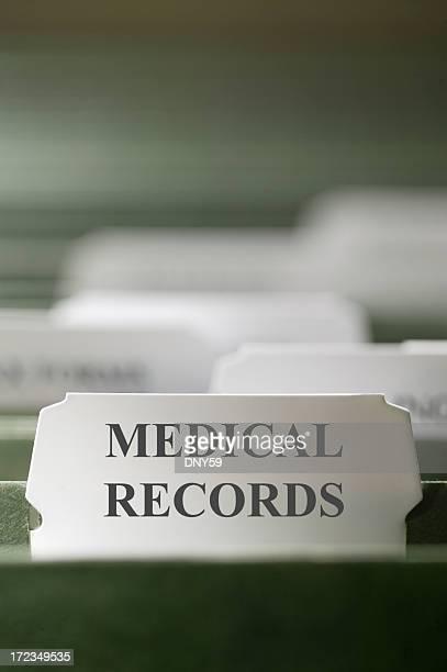 Primer plano de los registros médicos de Archivo de carpeta pestaña en un archivo armario