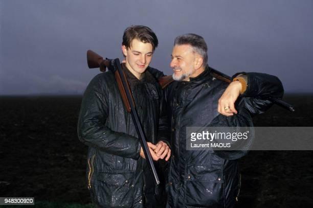 Close up Michel Baroin, PDG de la Fnac, à la chasse avec son fils François en novembre 1986, France.