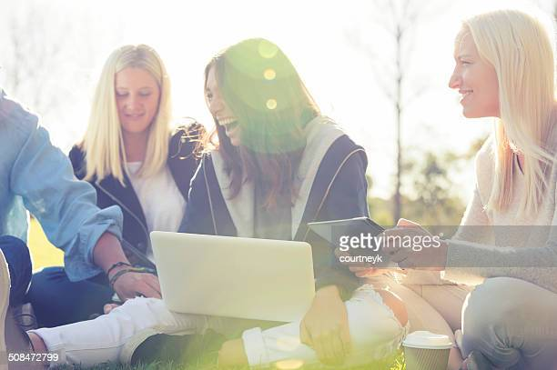 nahaufnahme von drei mädchen mit computer - websurfen stock-fotos und bilder