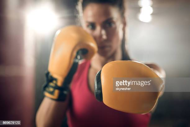 perto de uma luva de boxe em um soco! - boxe feminino - fotografias e filmes do acervo