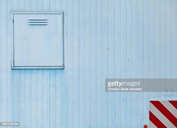 close up of a construction trailer in blue - christian beirle stockfoto's en -beelden