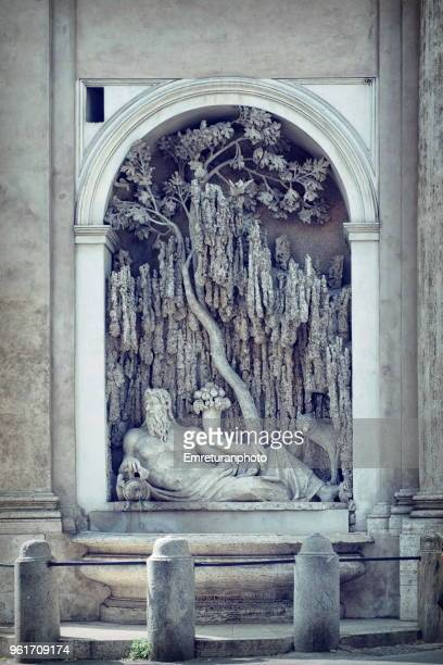 """close up of a fountain at """"four fountains"""" junction in rome. - emreturanphoto - fotografias e filmes do acervo"""
